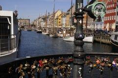 游人生活和NYHAVN渠道在哥本哈根 免版税图库摄影