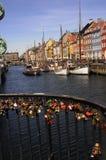 游人生活和NYHAVN渠道在哥本哈根 免版税库存照片