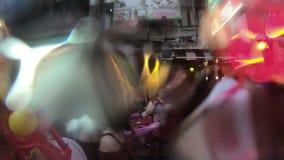 游人用水互相飞溅庆祝Songkran新年在泰国的Khao圣路 股票视频