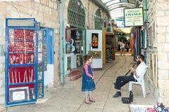 游人由商店和美术画廊走在采法特 免版税库存图片