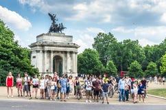 游人由惠灵顿曲拱,伦敦等待 库存图片