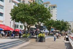 游人由街道走在斯坦利镇在香港,中国 库存照片