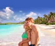 年轻游人白肤金发的夫妇一个热带海滩的 免版税库存照片