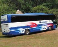 游人的乘客公共汽车在古巴 免版税库存图片