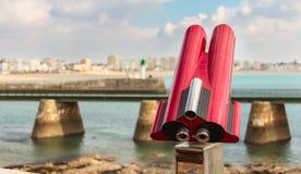 游人的双筒望远镜指向海滩 免版税库存图片