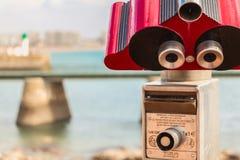 游人的双筒望远镜指向海滩 免版税库存照片