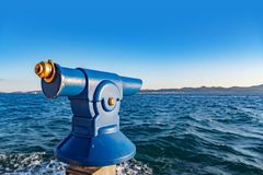 游人的双筒望远镜海滩的 库存照片