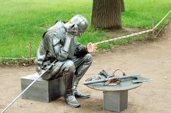 游人的娱乐的居住的雕象在圣彼德堡 免版税图库摄影