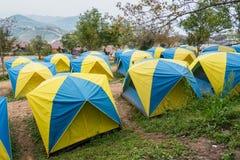 游人的帐篷一个小山顶的在泰国的Phu Tubberk Trav 库存照片