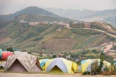 游人的帐篷一个小山顶的在泰国的Phu Tubberk Trav 库存图片