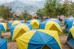 游人的帐篷一个小山顶的在泰国的Phu Tubberk Trav 免版税库存照片