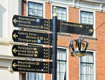 游人的方向标在海牙的历史中心 免版税库存照片