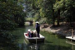 游人的日本船员划船 免版税图库摄影