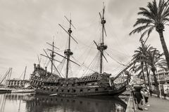 游人的木海盗船赫诺瓦口岸的在意大利 免版税库存图片