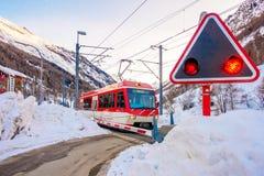 游人的火车能来演奏在雪山gornergrat,策马特山,瑞士的滑雪 这张图片我 免版税库存照片