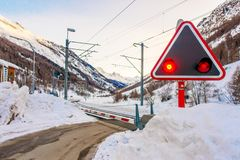 游人的火车l能来演奏在雪山的滑雪 免版税库存图片