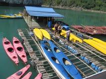 游人的皮船在海在下龙湾,在猫Ba附近海岛,越南 免版税库存图片