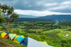 游人的露宿帐篷山的在Khao Takhian Ngo 库存图片