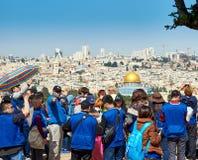 游人看耶路撒冷美丽的景色  免版税库存图片