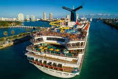 游人离去的迈阿密游轮 免版税库存图片