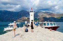 游人维尔京参观海岛在礁石Gospa od Skrpela海岛上的在科托尔湾,黑山 图库摄影