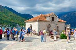游人维尔京参观海岛在礁石Gospa od Skrpela海岛上的在科托尔湾,黑山 免版税图库摄影
