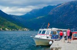 游人维尔京参观海岛在礁石Gospa od Skrpela海岛,科托尔湾,黑山上的 免版税库存照片