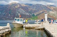 游人维尔京参观海岛在礁石Gospa od Skrpela海岛,黑山上的 库存照片