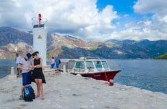 游人维尔京参观海岛在礁石Gospa od Skrpela海岛,黑山上的 库存图片