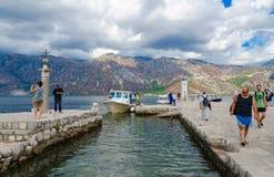 游人维尔京参观海岛在礁石Gospa od Skrpela海岛,黑山上的 免版税库存图片