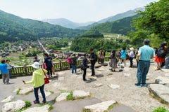 游人老村庄参观观点白川町去,日本 免版税库存照片