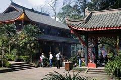 游人聚集在峨眉山, Sichun省中国的寺庙 免版税库存照片