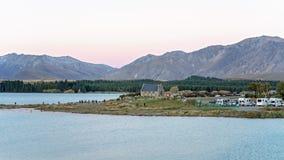 游人聚集拍摄好牧羊人的教会的秀丽特卡波湖的,新西兰 库存图片