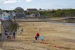 游人获得乐趣在Eyemouth在苏格兰,英国 07 08 2015年 免版税库存图片