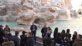 游人被拍摄反对Trevi喷泉的背景在罗马 股票视频