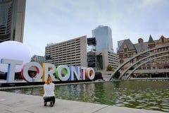 游人被看见拍著名多伦多的照片签到安大略,加拿大 库存图片
