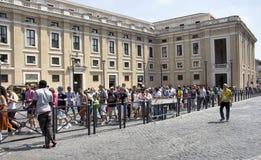 游人要得到参观梵蒂冈 库存照片