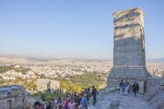游人观光的雅典娜耐克寺庙 库存图片