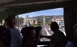 游人观察海法和从公共汽车的Bahai中心 免版税库存照片