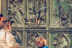 游人观看Mi的大门的外部的细节 免版税库存照片
