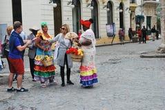 游人谈话与街道的古巴人 免版税库存图片