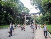 游人走在方式道路到美济礁寺庙,东京,日本 库存图片