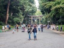游人走在方式道路到美济礁寺庙,东京,日本 免版税库存图片