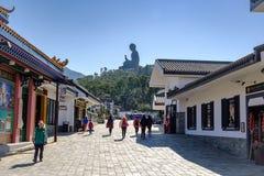 游人走在昂坪的在大屿山,人们拜访天狮Tan或大菩萨位于宝莲寺,地标 免版税库存图片