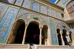 游人走在美丽的大阳台里面在Golestan宫殿 免版税库存图片
