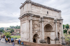 游人走并且拍在照片的照片在罗马广场a的古老皇家首都的古老废墟的游览中 免版税库存照片