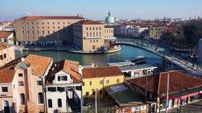 游人走往圣玛丽亚在Ven的della致敬大教堂  免版税库存图片