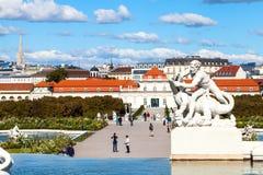 游人走降低眺望楼宫殿,维也纳 免版税库存照片