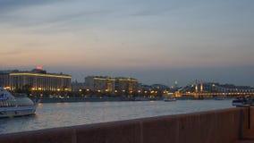 游人运输在河的风帆反对在黄昏的被点燃的大厦 股票视频