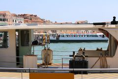 游人运输的特别小船在Veni海岛上的  图库摄影